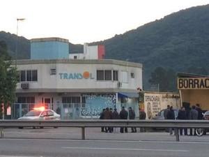 Ônibus não saíram das garagens no início desta quarta (1) (Foto: Naim Campos/RBS TV)