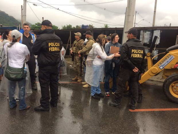 Policiais estão no local desde às 4h30 (Foto: Carlos Abelha/G1)