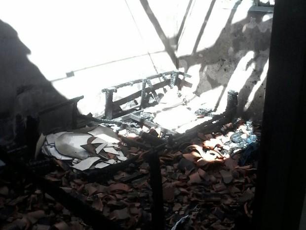 Quarto foi destruído pelas chamas (Foto: Sargento Andrade/Corpo de Bombeiros)