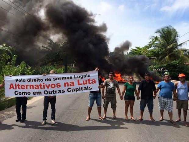 Motoristas clandestinos interditam ladeira que liga o bairro de Mangeira ao de Valentina (Foto: Walter Paparazzo/G1)