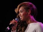 Depois de playback, Beyoncé canta hino ao vivo em coletiva