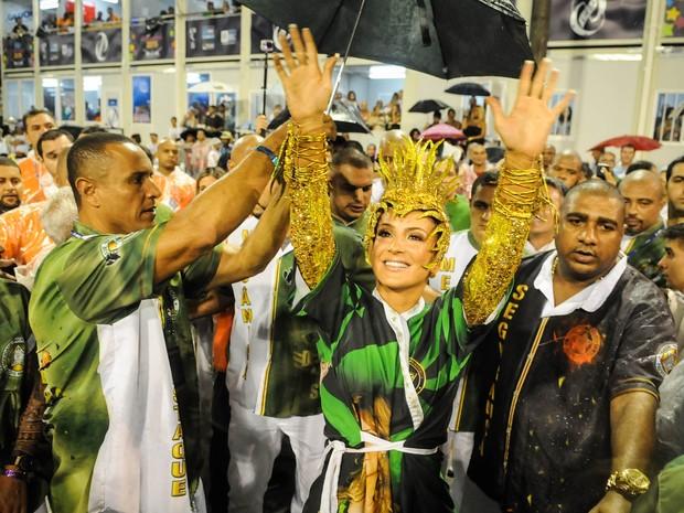 Claudia Leitte acena para o público no Setor 1 antes do desfile da Mocidade na Sapucaí (Foto: Alexandre Durão/G1)