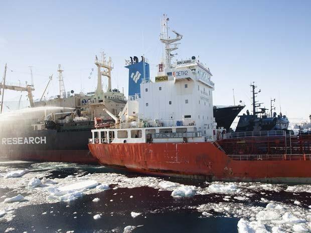 Navio de pesquisas japonês (à esquerda) atinge um barco de manifestantes ambientalistas (azul, menor, à direita) (Foto: Reuters/Tim Watters/Sea Shepherd Australia/Divulgação)