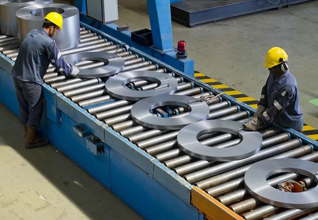 Operário da linha da produção de aço da Usiminas : empresa enfrenta dificuldades por crise no setor de siderurgia (Foto: Divulgação)