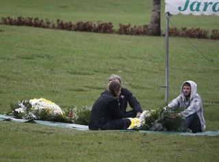 Pedro, filho Cirano Rojabaglia, no túmulo do pai (Foto: Dilson Silva / Agnews)