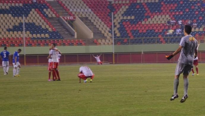 Goleiro Paulo Wanzeler, do Princesa, comemora virada na primeira etapa contra o Atlético-AC (Foto: Duaine Rodrigues)