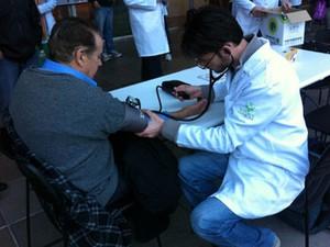 Entre as ações, médicos verificam pressão de pessoas no saguão do Hospital de Clínicas (Foto: Camila Martins/RBS TV)