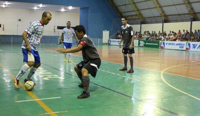 Lance entre Guia Lopes da Laguna e Serc pela semifinal da Copa dos Campeões de futsal (Foto: Bruno Grubertt/TV Morena)