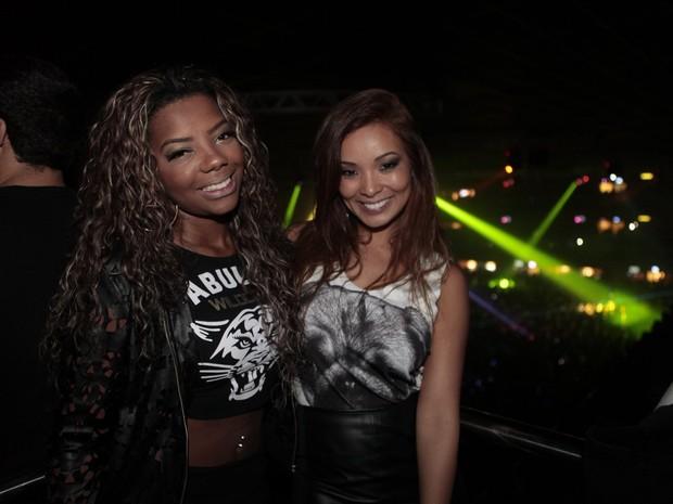 MC Ludmilla e Carol Nakamura em show no Rio (Foto: Isac Luz/ EGO)