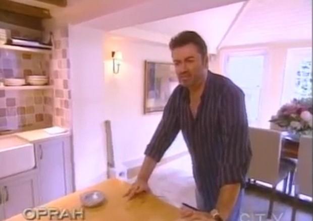 George Michael posa na cozinha (Foto: Reprodução)