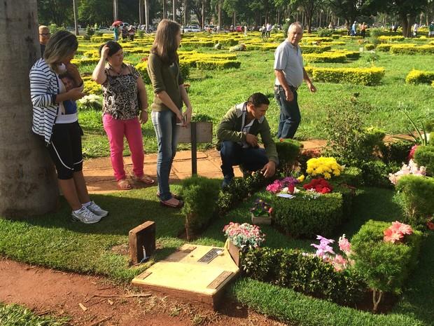 Fãs visitam túmulo de Cristano Araújo, em Goiânia, Goiás (Foto: Vitor Santana/G1)
