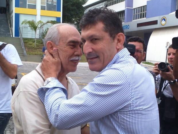 Calú abraça Aurich, na chegada para o julgamento (Foto: Juirana Nobres/ G1)