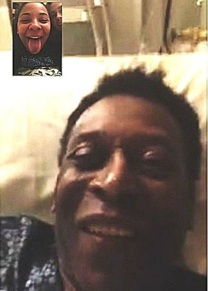 Filha de Pelé posta foto de conversa com o Rei pela internet (Foto: Reprodução / Instagram)