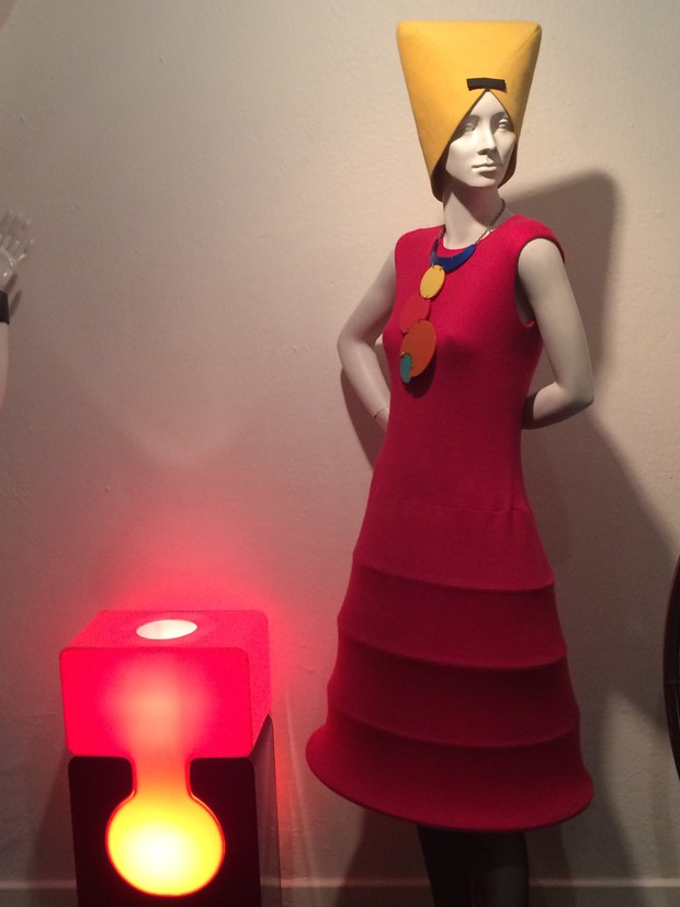 A Pierre Cardin dress and lamp  (Foto: Suzy Menkes)