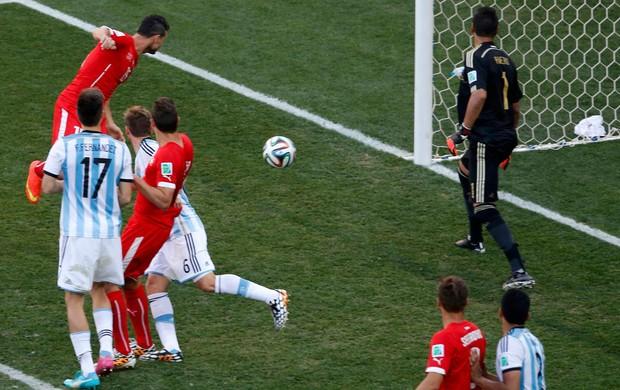 Dzemaili bola na trave argentina x suiça (Foto: Reuters)