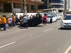 Carro capota e atinge veículos estacionados em Vitória