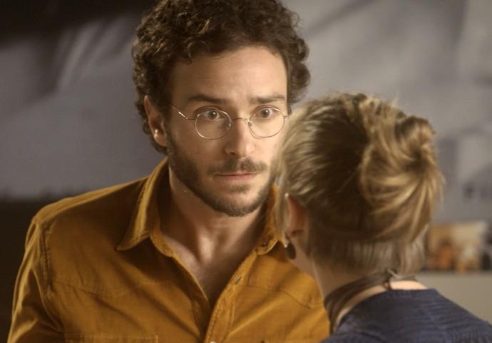 Elio não gosta de saber que Isabela dormiu com Tiago (Foto: TV Globo)