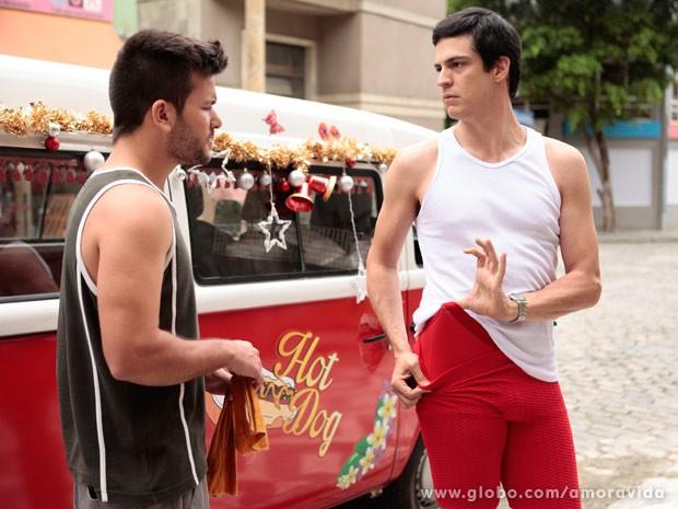 Félix mostra a cueca para Jucelino (Foto: Pedro Curi/ TV Globo)