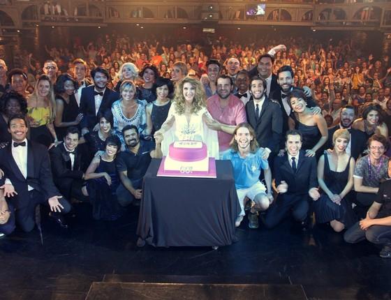A cantora fez questão de juntar todo o elenco, a equipe e o público para uma foto ao fim da sessão comemorativa (Foto: Divulgação)
