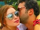 Com óculos de grife, Marina Ruy Barbosa ganha beijo do namorado