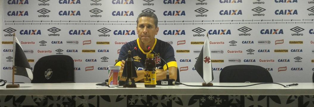 Jorginho pega o celular de Nenê após jogador filmar o treino do Vasco (Vicente Seda)