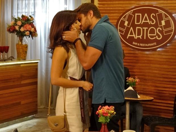Itália se encontra com o ex e dá beijo (Foto: Maria Clara Lima/ Gshow)