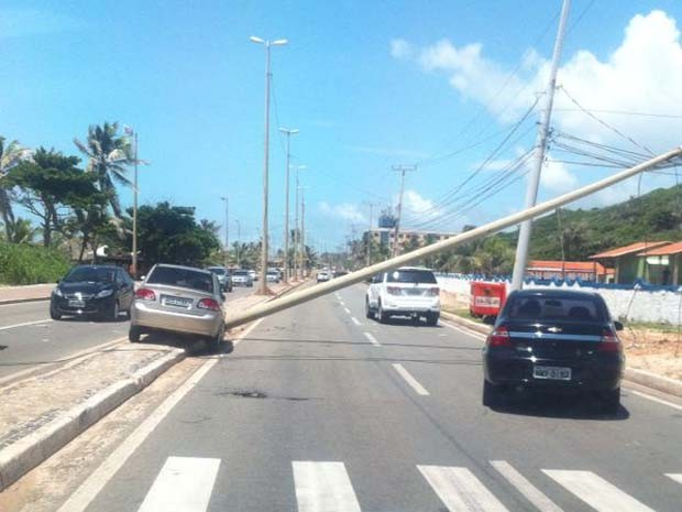 Carro bate em poste de iluminação na Avenida Litorânea (Foto: Zeca Soares/G1)