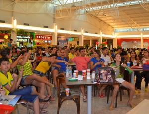Praça de alimentação do shopping de Rio Branco ficou lotada durante jogo entre Brasil e Croácia (Foto: Quésia Melo)