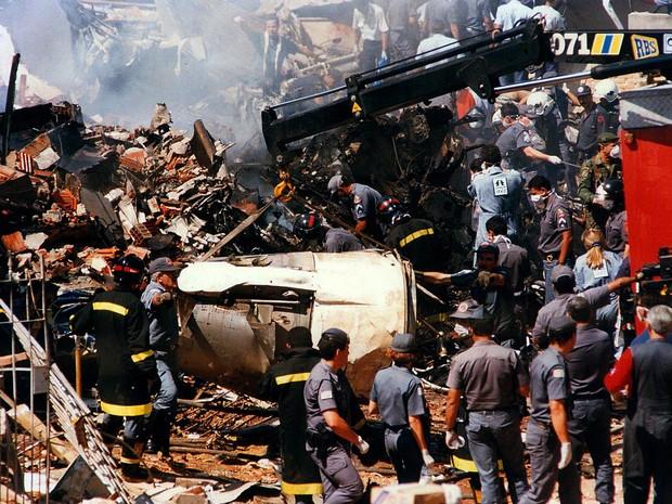 Parte de Fokker 100 da TAM que caiu em 1996 (Foto: Maurilo Clareto/Arquivo Estadão Conteúdo – 31/10/1996)