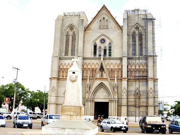 O 'Marco do Jauru' fica em frente à Catedral de Cáceres, em MT (Foto: Pollyana Araújo/G1)