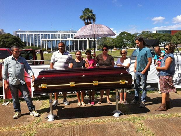 Familiares e amigos 'velam' auxiliar de serviços gerais em frente à sede do GDF (Foto: Isabella Formiga/G1)