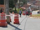 Postes instalados no meio de rua devem ser retirados neste mês