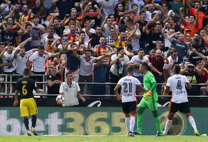 Torcida comemora defesa de pênalti de Diego Alves em Valencia x Atlético de Madrid (Foto: EFE/Juan Carlos Cárdenas)
