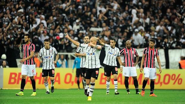 Fabio Santos gol São Paulo x Corinthians (Foto: Marcos Ribolli)