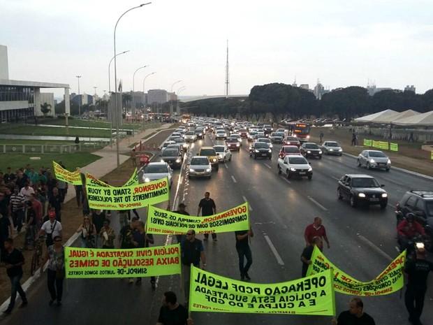Policiais civis ocupam três faixas do Eixo Monumental, em Brasília, após assembleia; categoria faz operação-padrão (Foto: Pedro Borges/G1)