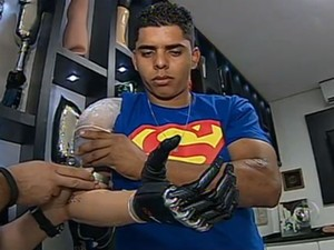 David precisa se adaptar aos movimentos da prótese antes de passar a usá-la definitivamente (Foto: Reprodução/TV TEM)