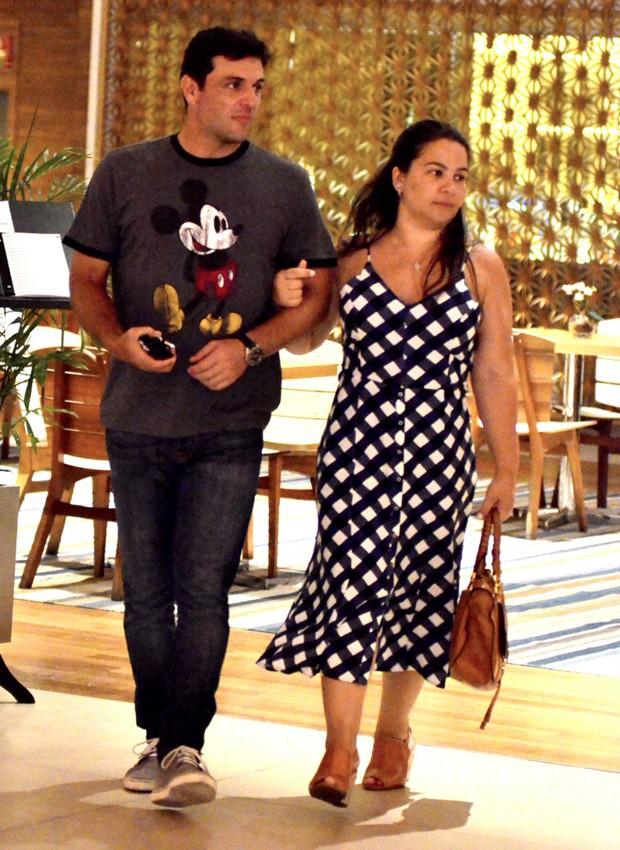 Rodrigo Lombardi passeando com a mulher, Betty Baumgarten (Foto: Webert Belício/Agnews)