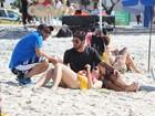 Ex-BBB Amanda vai à praia no Rio e aparece com novo namorado