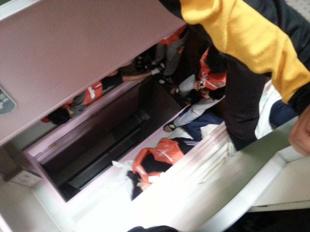 Imagem mostra os estudantes já vestidos com coletes salva-vidas, mas impedidos de saírem das cabines (Foto: Park Su-hyeon/AP)
