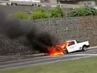 Carro pega fogo na BR-262, em Cariacica, no ES