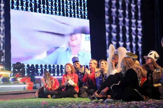 Xuxa e ex-paquitas assistem ao vídeo (Foto: Thyago Andarde/BrazilNews)