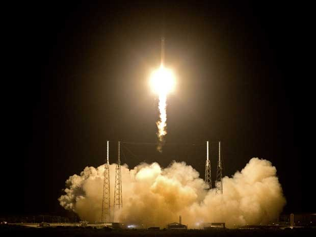 O foguete 'Falcon 9' decola de Cabo Canaveral. (Foto: John Raoux / AP Photo)