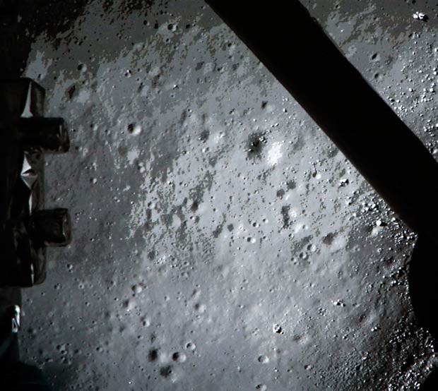 Imagem feita pelo módulo chinês Chang'e-3 mostra a superfície da Lua logo antes do pouso (Foto: AFP)