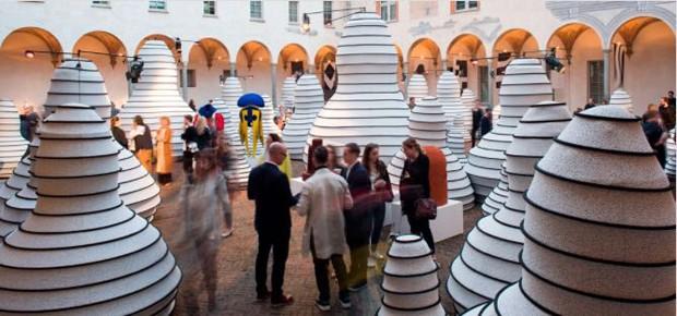 Foram usados 420 m de tecido Kvadrat para estruturar os totens criados por Henrik Vibskov, designer e curador da mostra (Foto: Stéphanie Durante/Editora Globo)