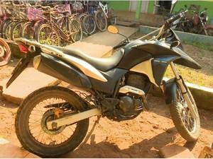 Moto foi levada para delegacia após polícia recuperar (Foto: Rede Amazônica/ Reprodução)