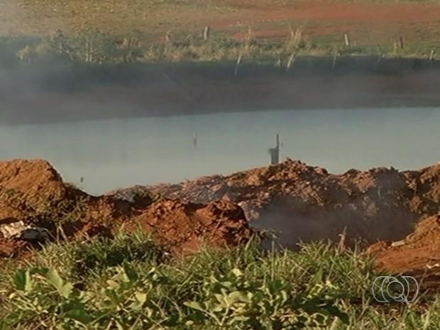 Avião com dois executivos do Bradesco caiu e criou cratera de cinco metros de profundidade Goiás (Foto: Reprodução/TV Anhanguera)