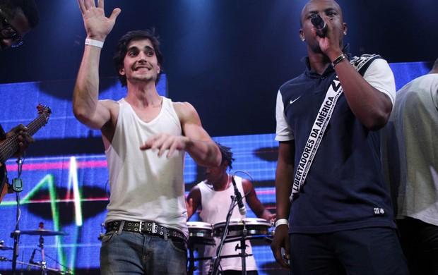 Thiaguinho e Fiuk cantam em boate em São Paulo (Foto: Leo Franco e Thiago Duran/ Ag. News)