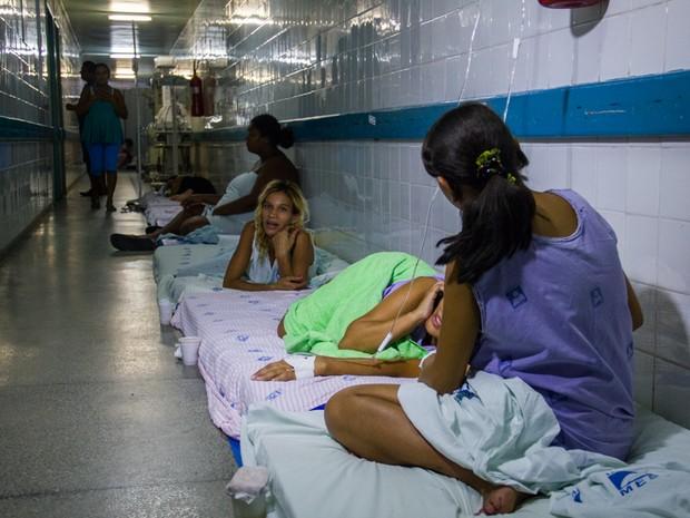 Atendimento precário à gestantes de alto risco e mães em recuperação pós-parto no corredor da Escola Maternidade Santa Mônica. (Foto: Jonathan Lins/G1)