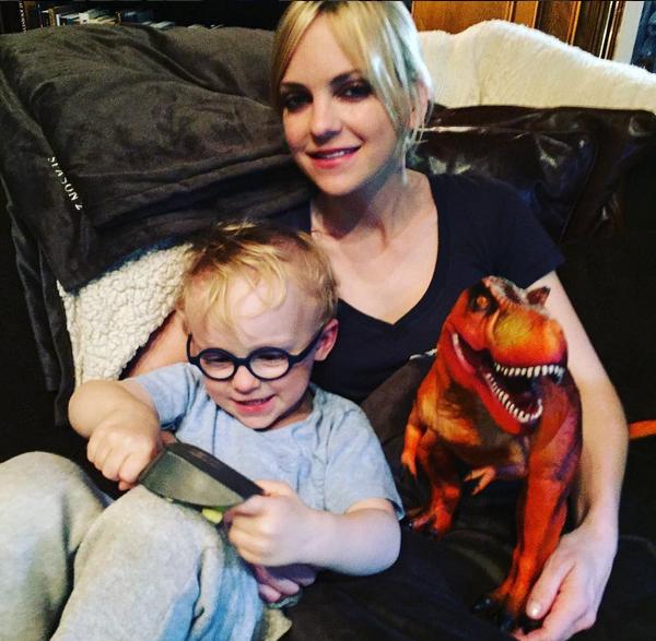 A atriz Anna Faris com seu filho com o ator Chris Pratt (Foto: Instagram)