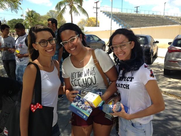 Segundo dia-Enem-Maceió Amigas vão juntas para fazer a prova do Enem em Maceió (Foto: Natália Normande/G1)